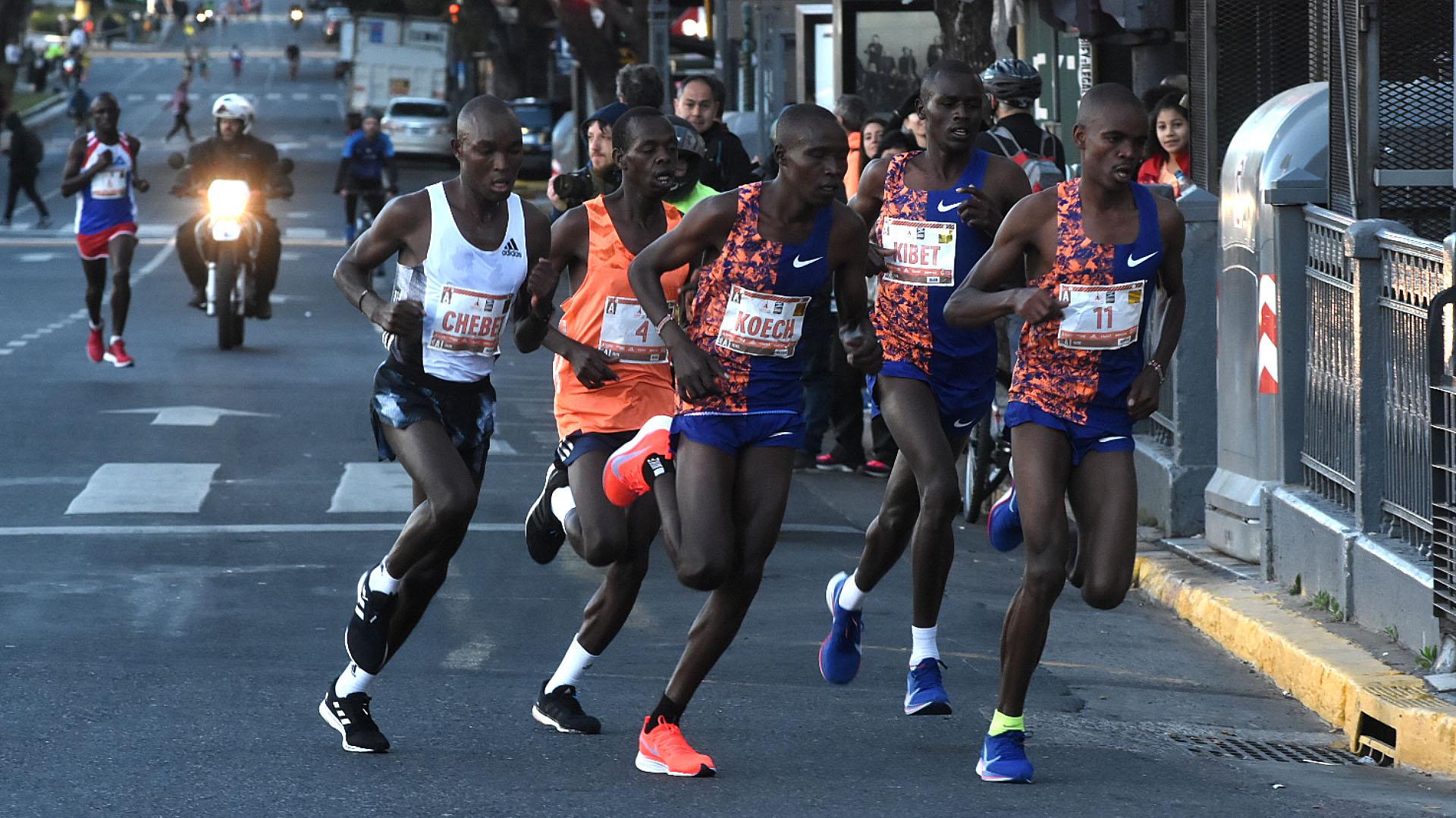 Uno de los grupos de corredores africanos que participó en la maratón de Buenos Aires
