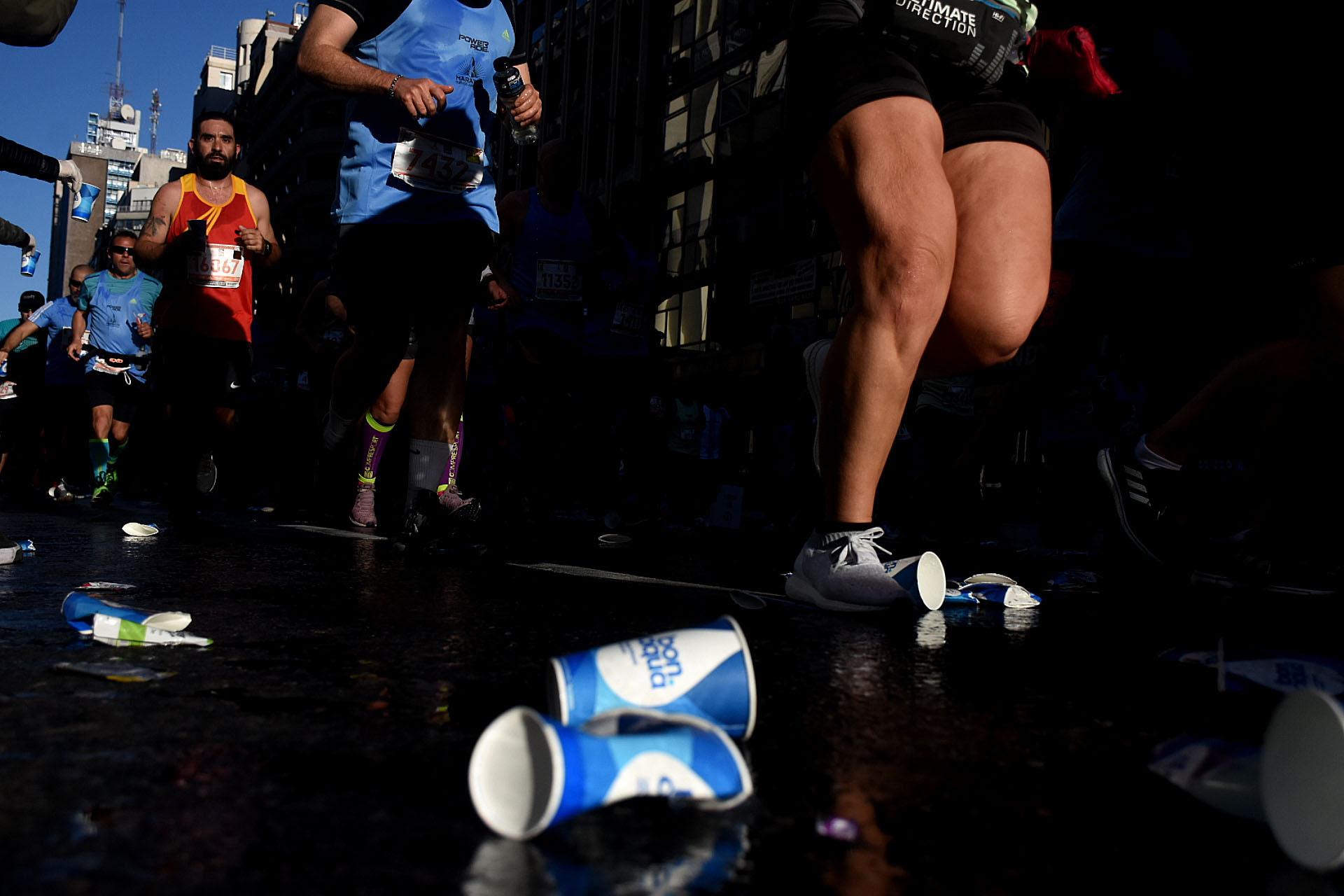 A lo largo de diferentes puntos estratégicos, la organización repartió vasos de agua a los participantes