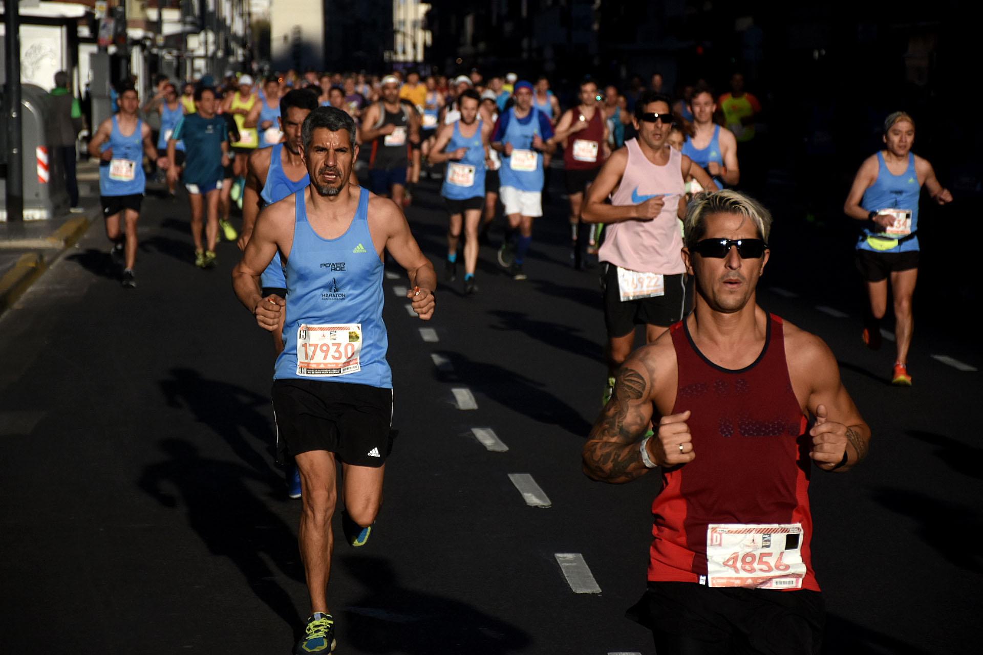 La mayoría de los participantes corrieron con la indumentaria oficial de la maratón