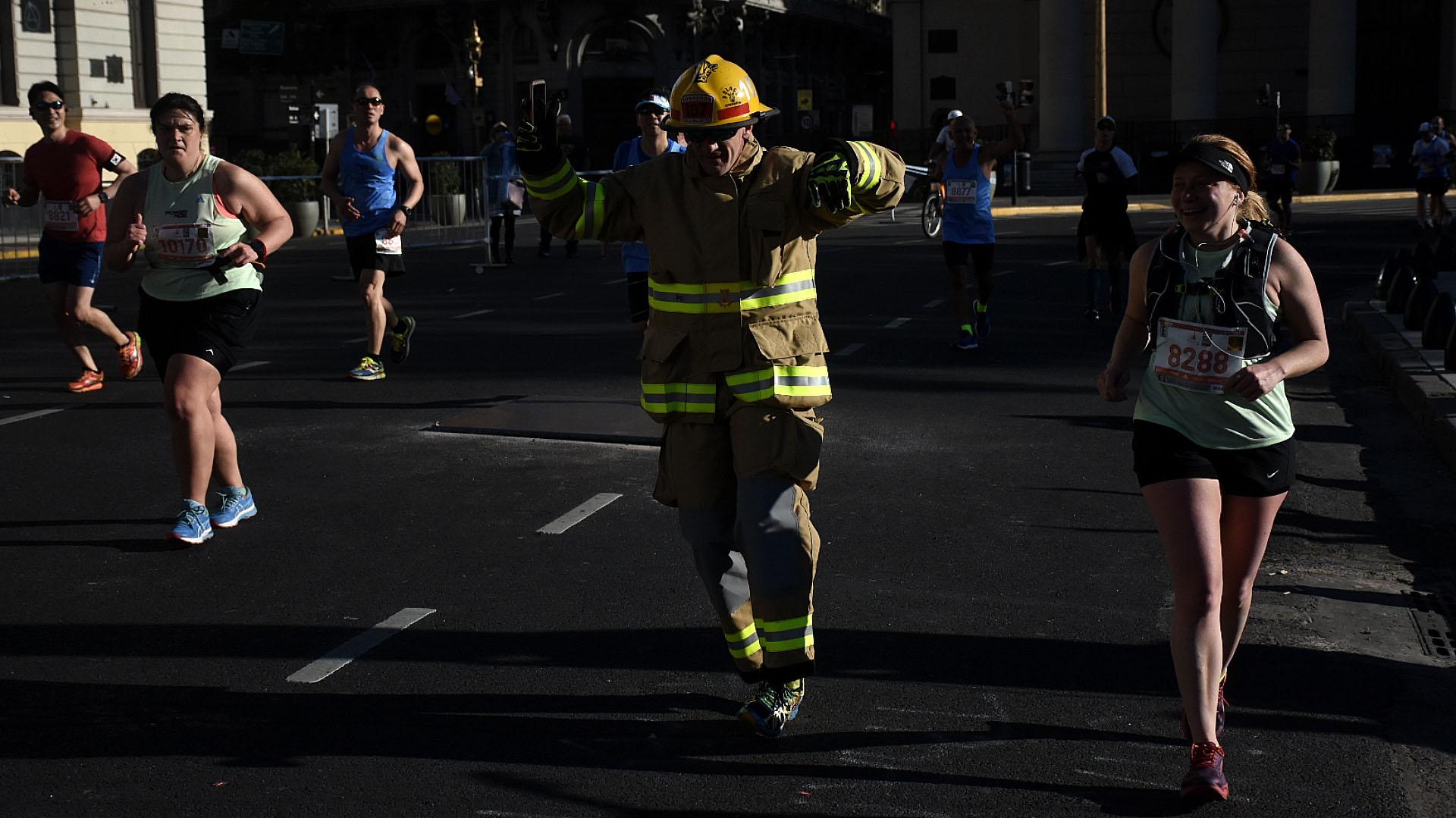 La maratón también dejó lugar para que algún voluntario se sume durante unos metros y aporte algo de humor
