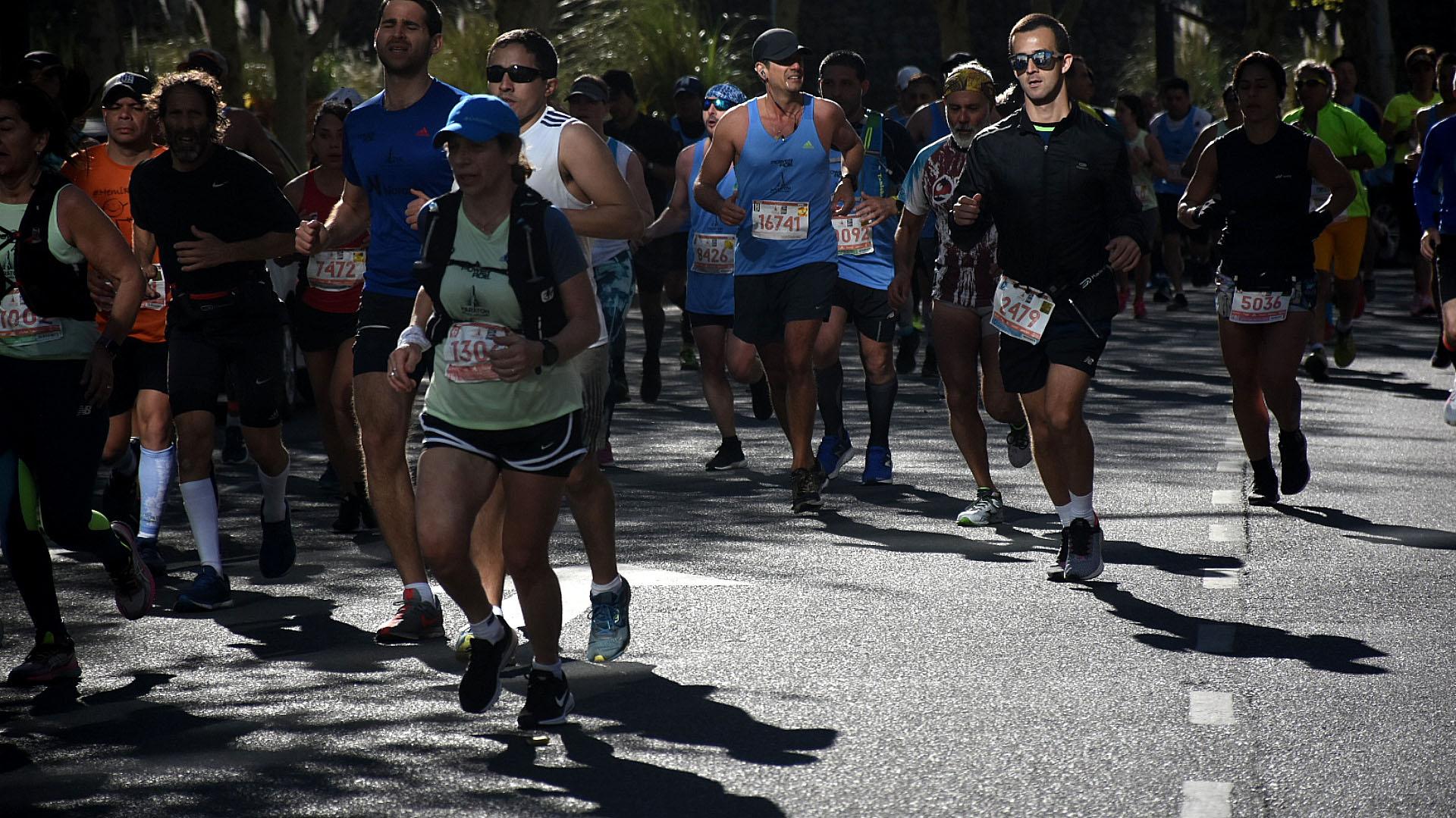 El juego de luces y sombras en la maratón de Buenos Aires