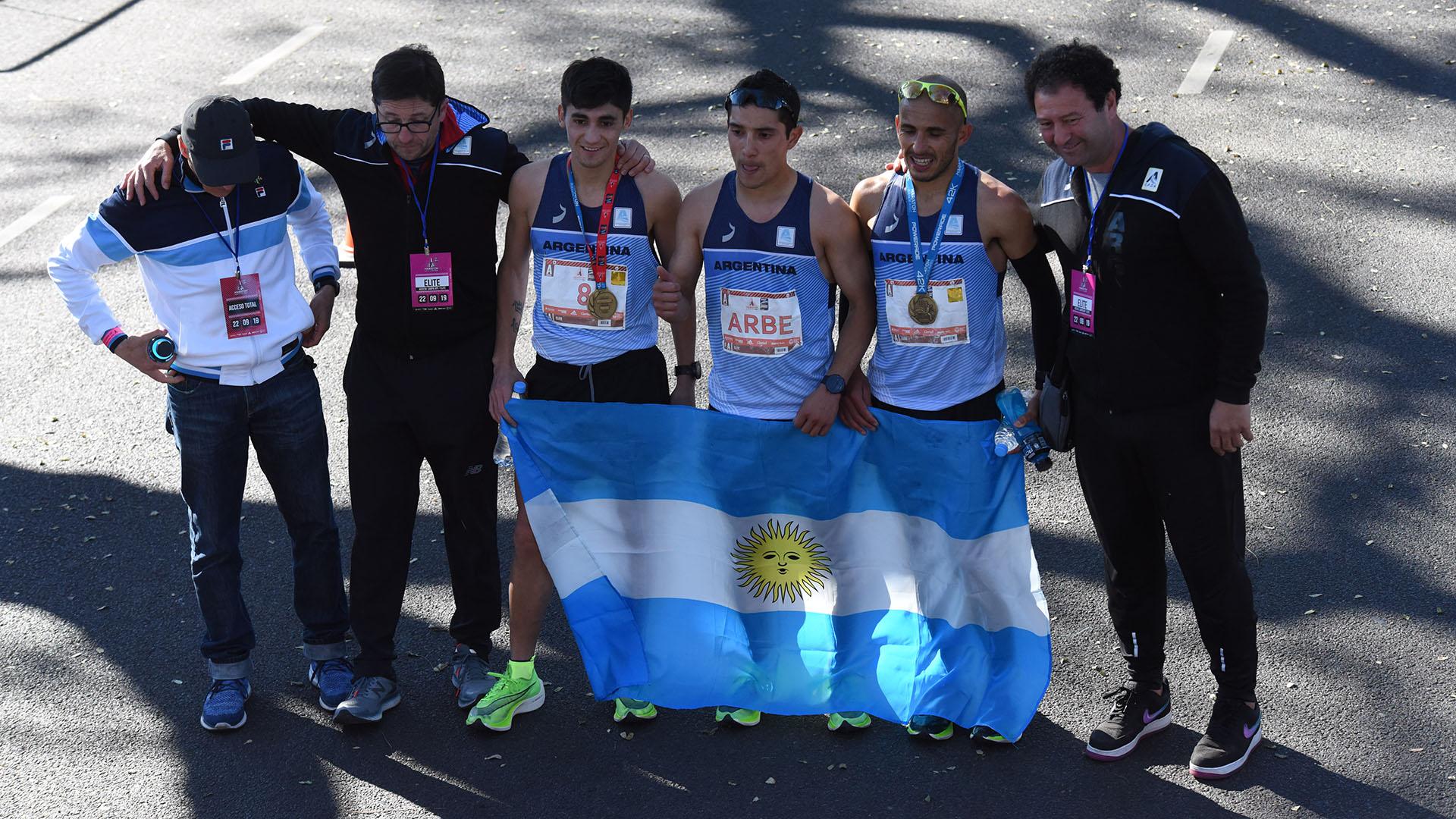 La delegación de los mejores competidores argentinos. En el medio, Joaquín Arbe, el mejor clasificado del país