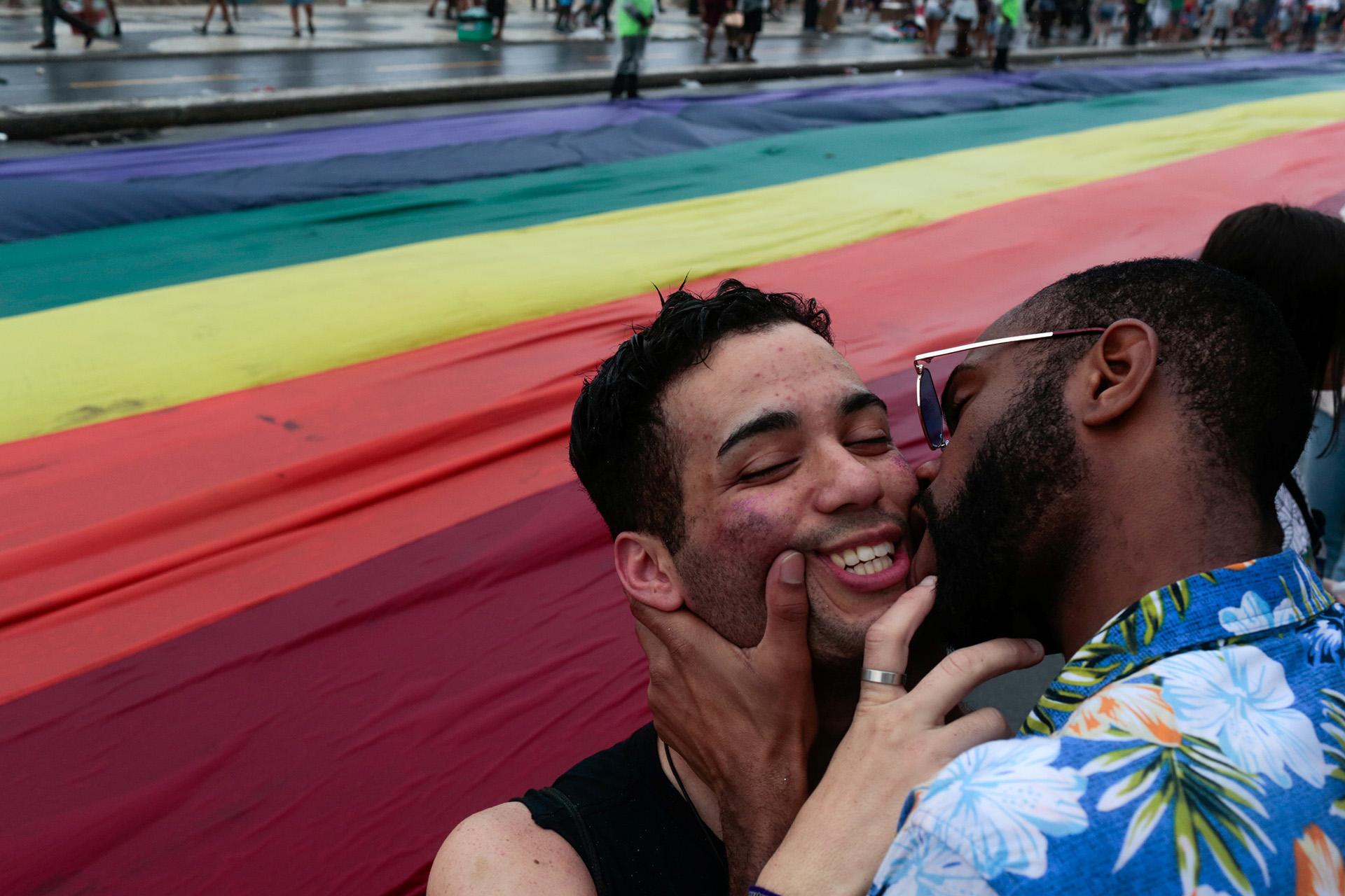 El beso entre parejas homosexuales fue una gran parte del desfile en contra de la propuesta de censura del alcalde de la ciudad. REUTERS / Ian Cheibub