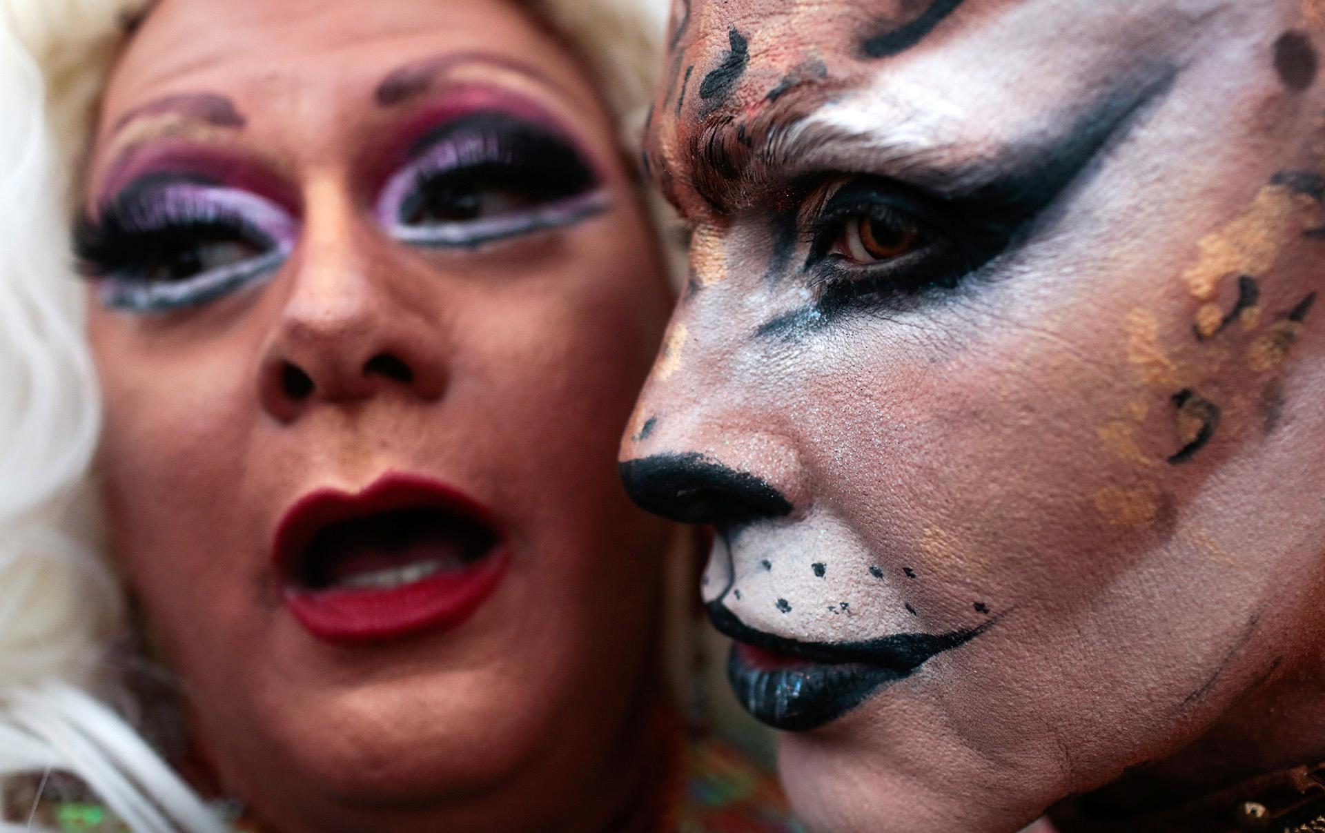 Algunos se pintaron y vistieron atuendos coloridos para celebrar. REUTERS/Ian Cheibub