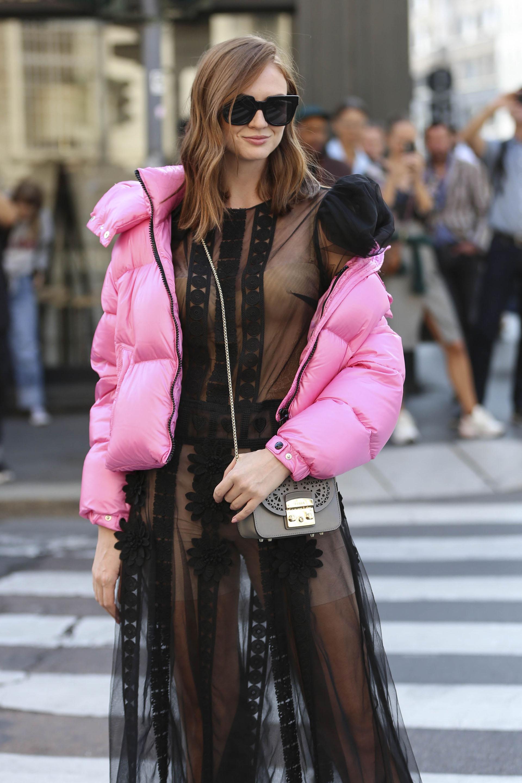 La editoria de moda Julie Ianc eligió una fusión de estilos: transparencias + atlheisure
