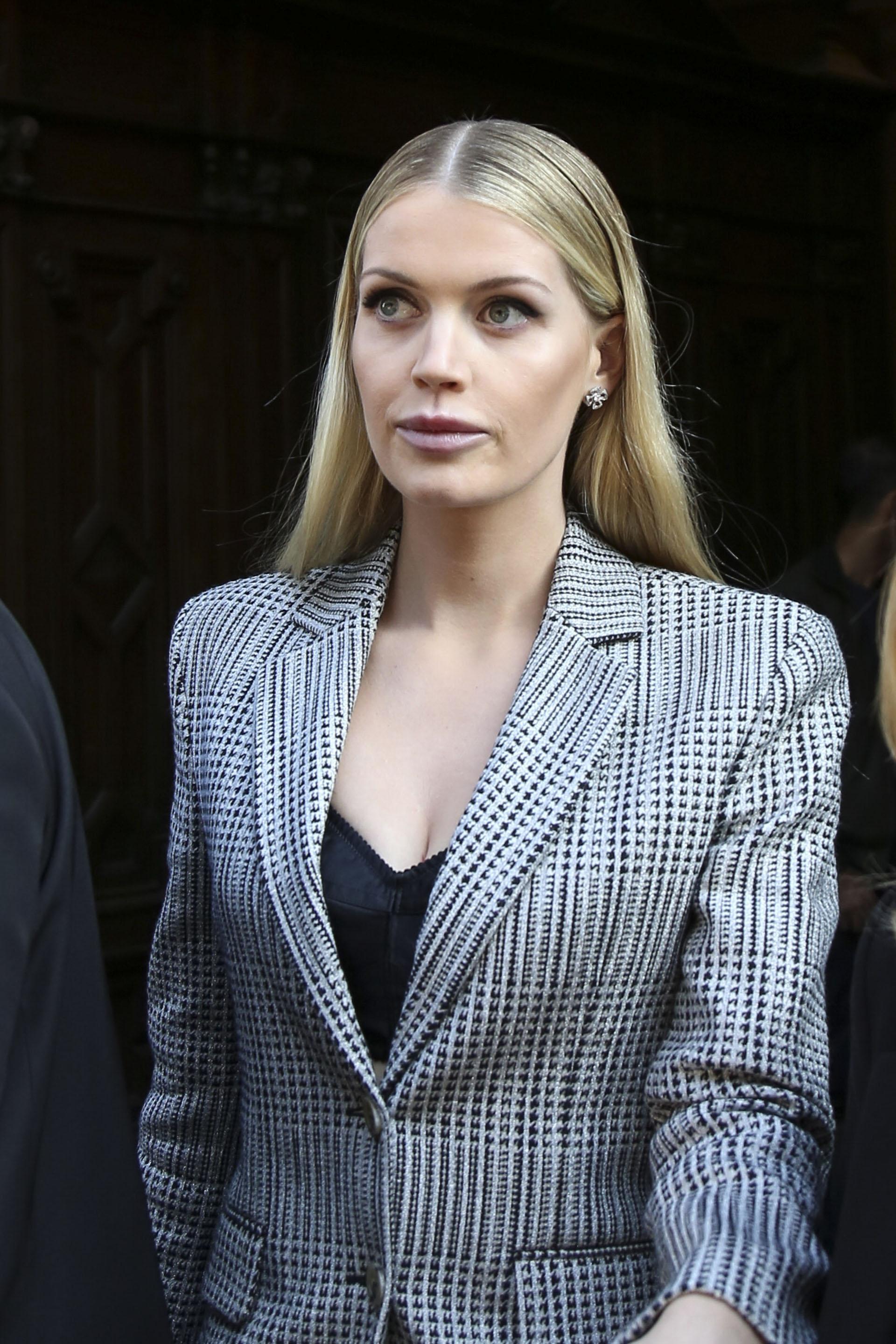La modelo británica, Lady Kitty Spencer, sobrina de Lady Di también fue parte del evento fashionista