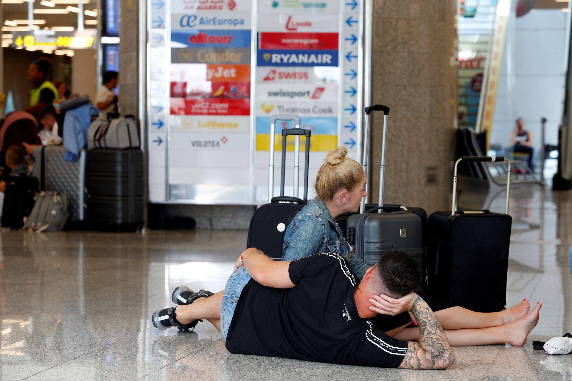 Pasajeros esperan por una respuesta en el aeropuerto de Mallorca, España
