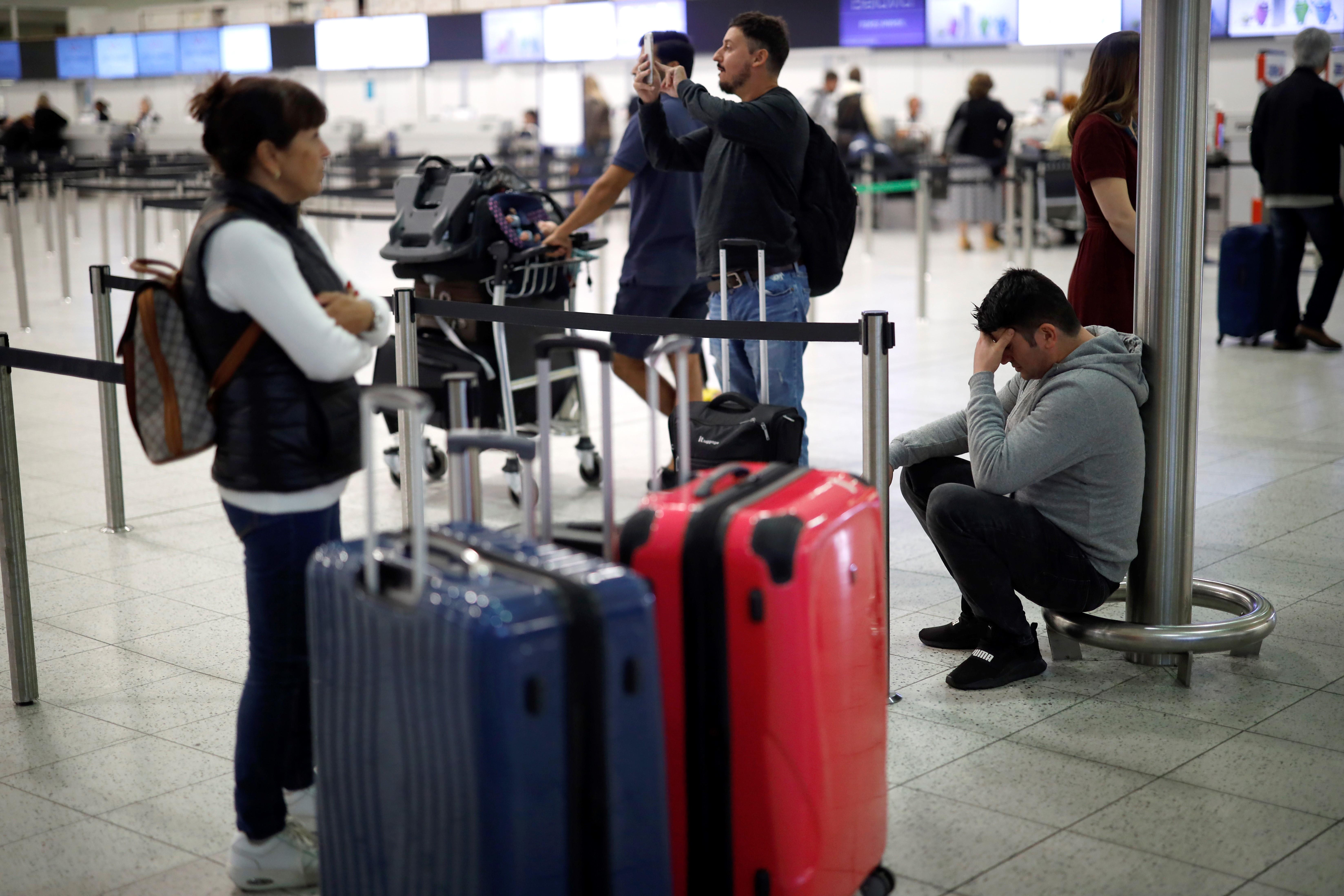 Mientras algunos no podían regresar de sus destinos, otros en el aeropuerto de Londres no podían iniciar sus ansiadas vacaciones