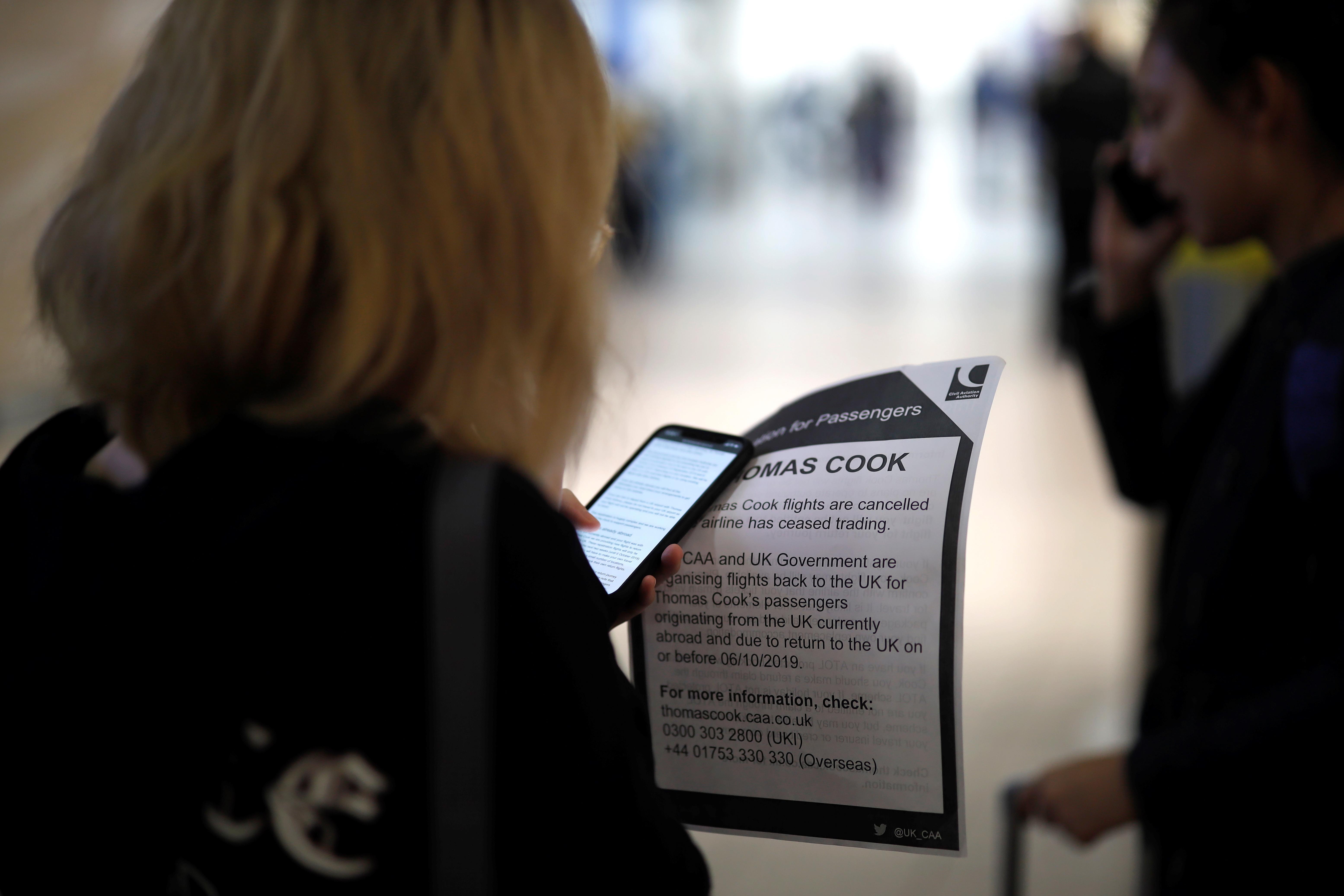 El Gobierno británico aconsejó a los turistas que viajaban con paquetes y vuelos de Thomas Cook que no acortaran sus estancias. El regulador de aviación civil planea repatriar a los clientes lo más cerca posible de la fecha de regreso reservada