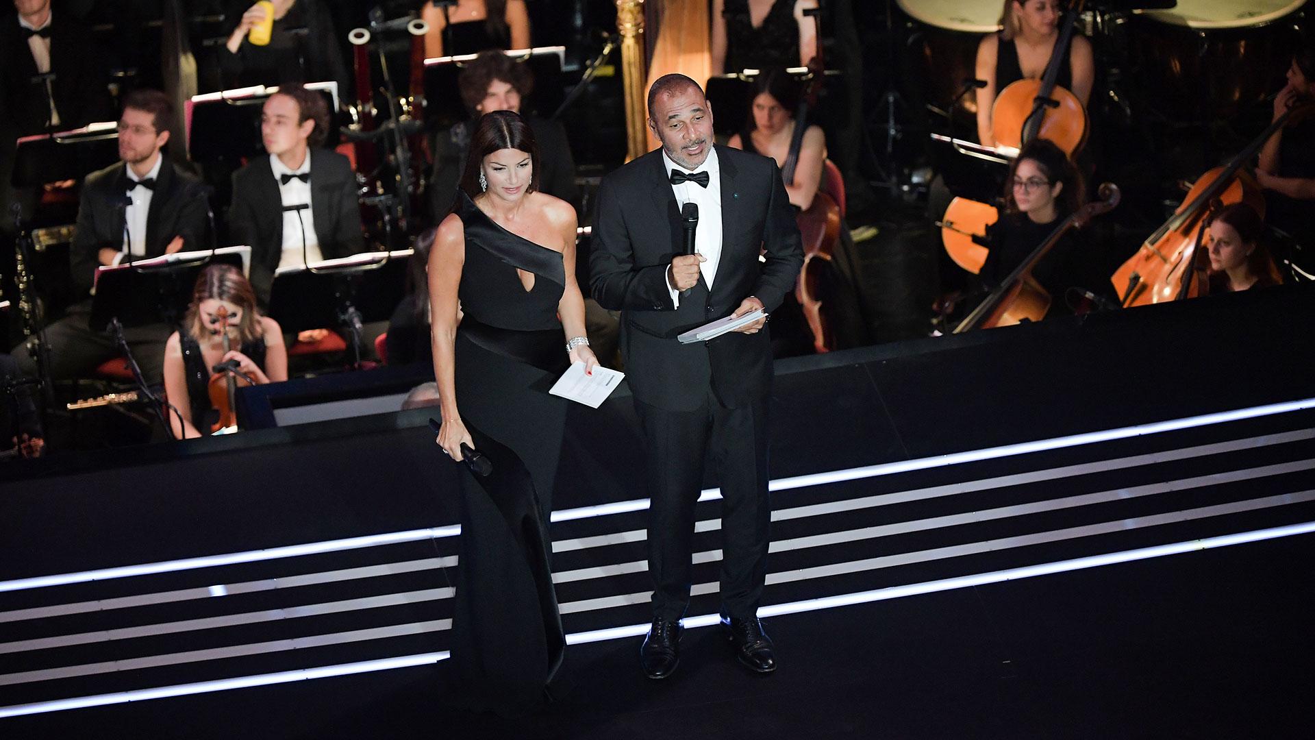 Ruud Gullit e Ilaria D'Amico, los presentadores de la gala