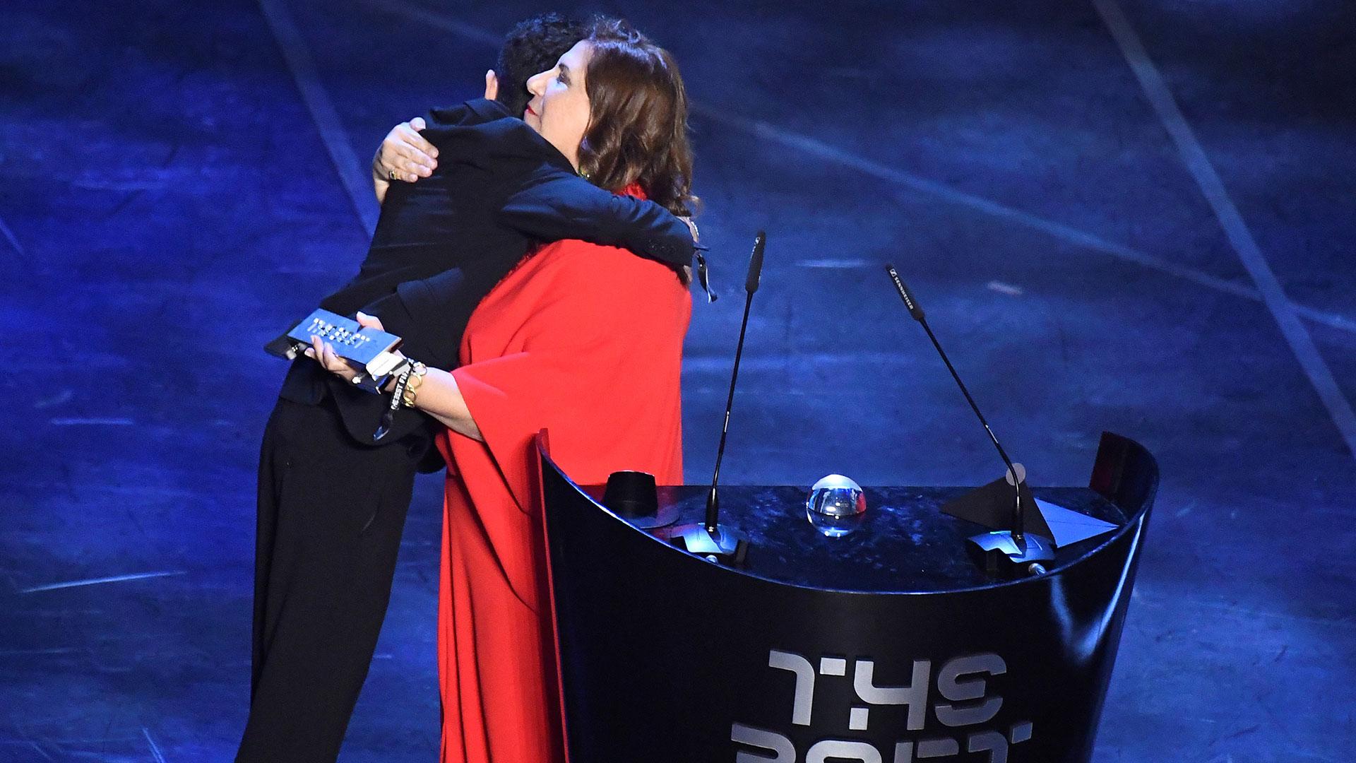 La historia de Silvia Grecco, quien le relata los partidos a su hijo ciego en el estadio, se llevó el premio a la afición