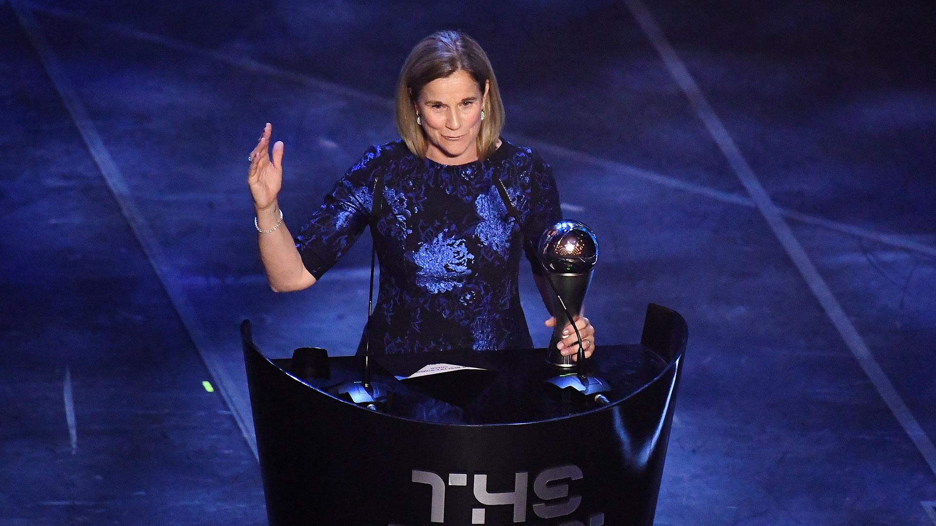 Jill Ellis, de Estados Unidos, se quedó con el premio a mejor entrenadora de fútbol femenino
