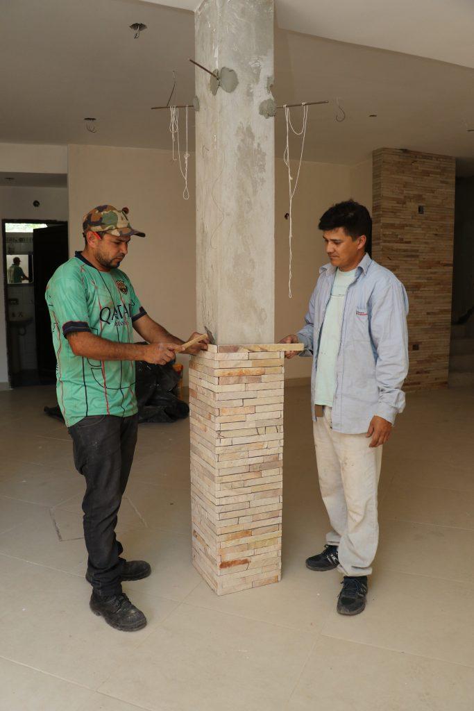 Ever Sanabria y José Luis Cáceres se dedican hace más de 15 años en la colocación de piedras naturales.
