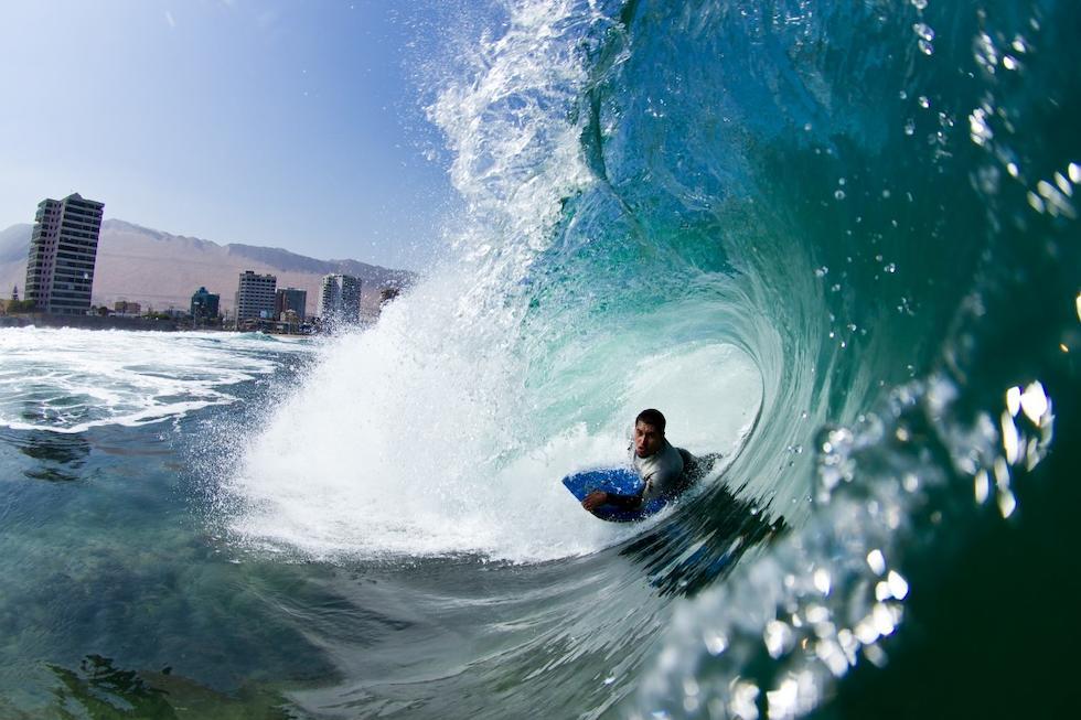SURF.La playa Cavancha tiene olas pequeñas y grandes, y es ideal para hacer surf, tanto para principiantes como para profesionales.