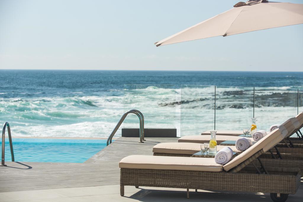 HOTEL GAVINA SENS. Es otro de los mejores hoteles ubicados de Iquique, que esta situado en plena playa Cavancha, posee una piscina natural de mar, y otra de agua dulce.
