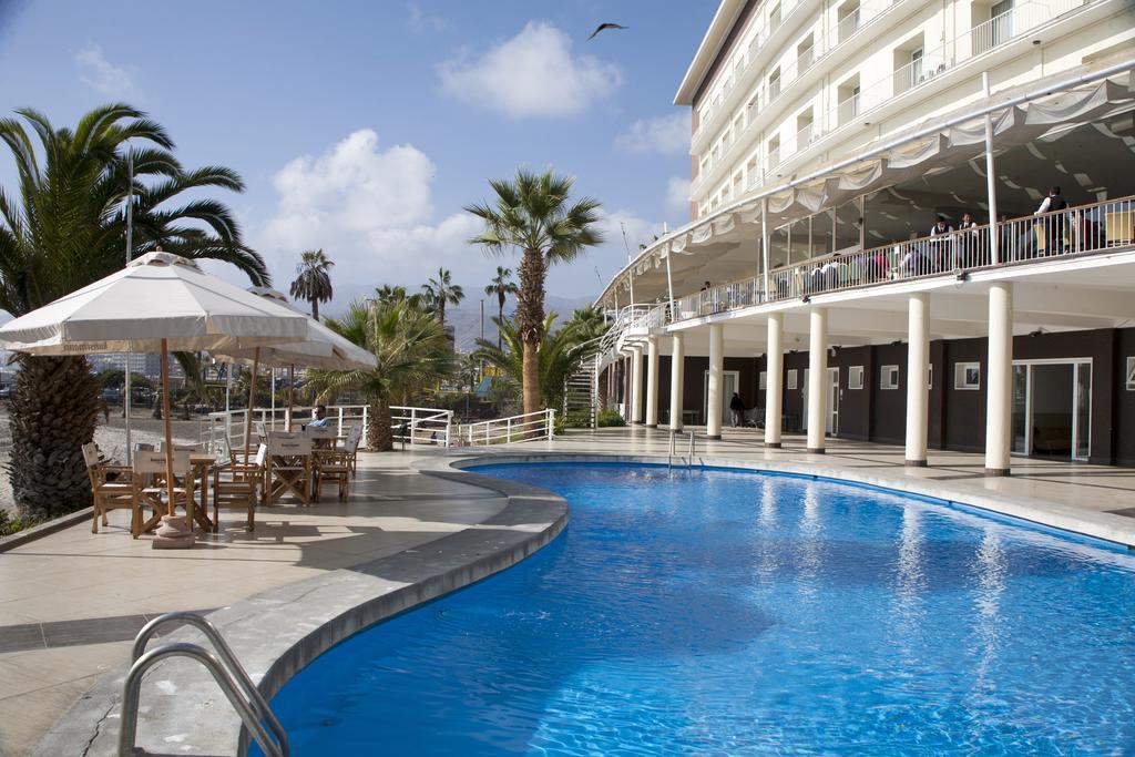 PANAMERICANA HOTEL. Con 50 años de tradición en el centro de Antofagasta, frente a la costa del océano Pacífico, es un símbolo del sector hotelero, que ofrece una infraestructura acogedora para sus clientes ejecutivos.