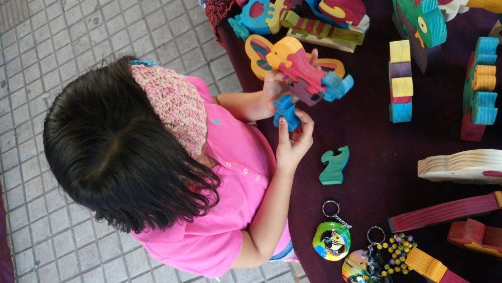 El juego es importante para el desarrollo de las funciones físicas, mentales y sociales del niño.