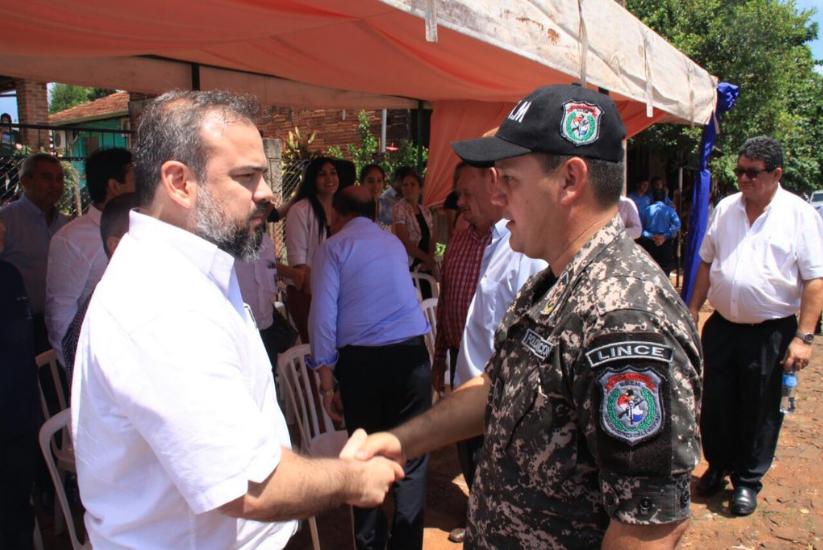 El ministro del Interior, Ariel Martínez, saluda a Osmar Campuzano, director del Grupo Lince. Foto: Ministerio del Interior, @minteriorpy, Twitter.