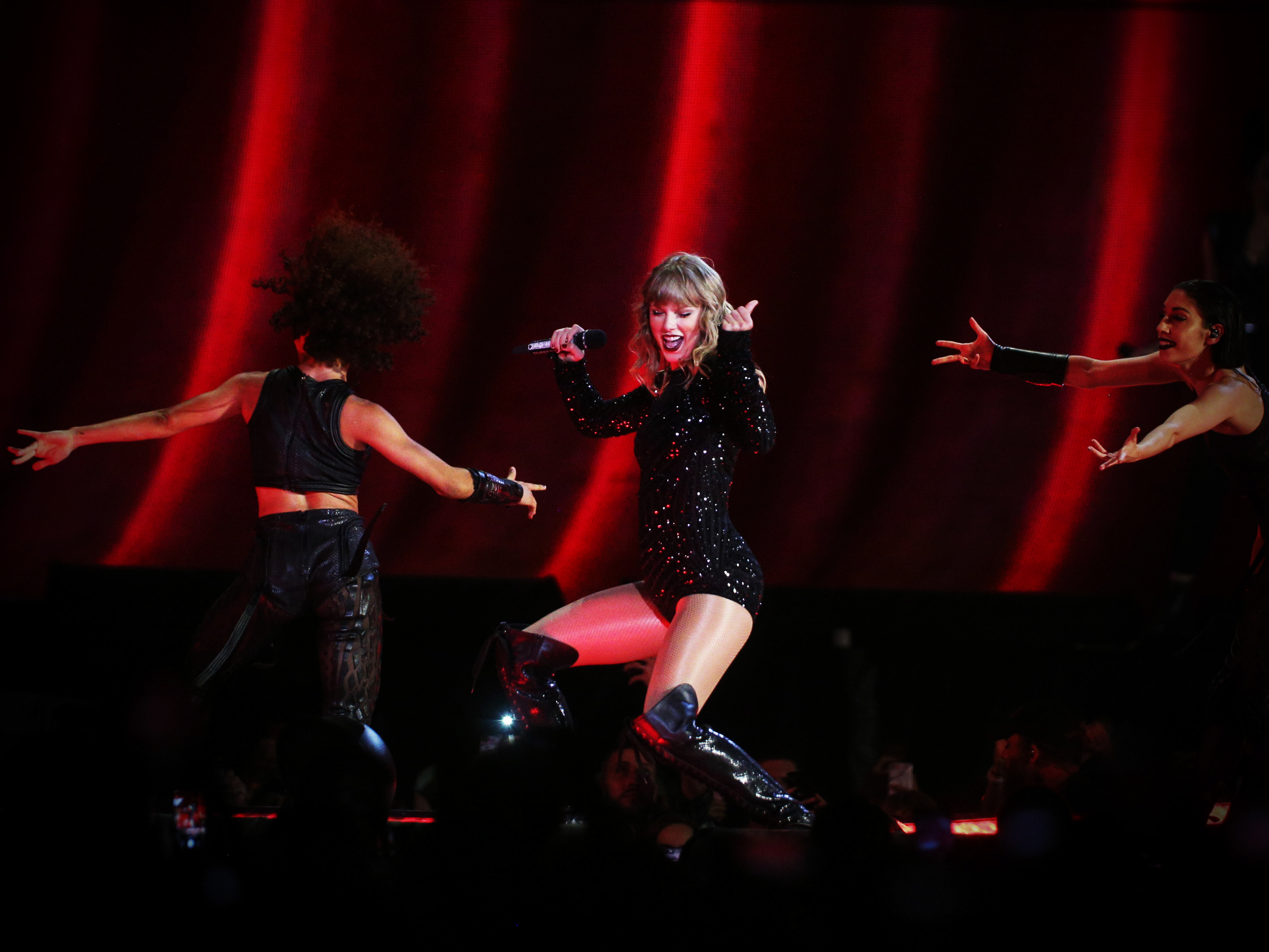 Review: Taylor Swift lights up Tampa with majestic, open