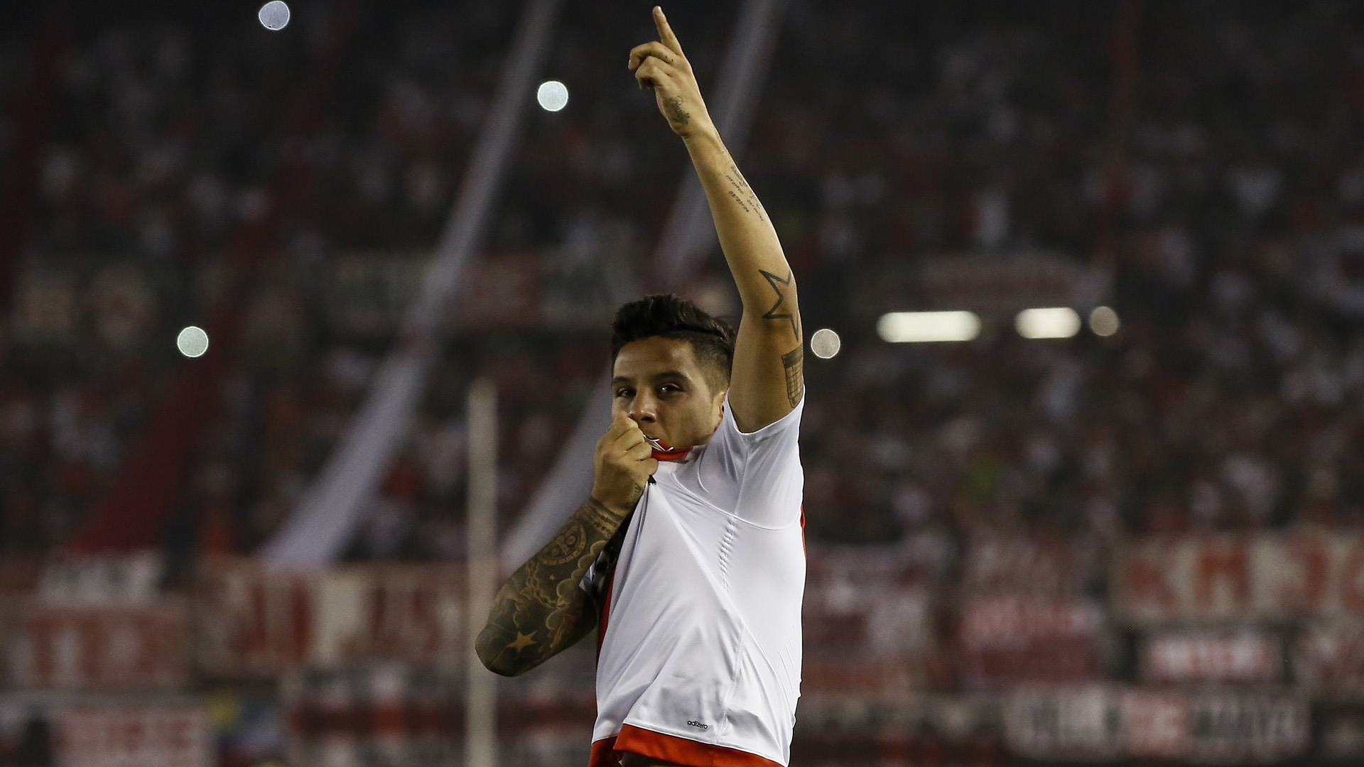 Sebastián Driussi se besa el escudo luego de convertir el primer gol de River(AP)
