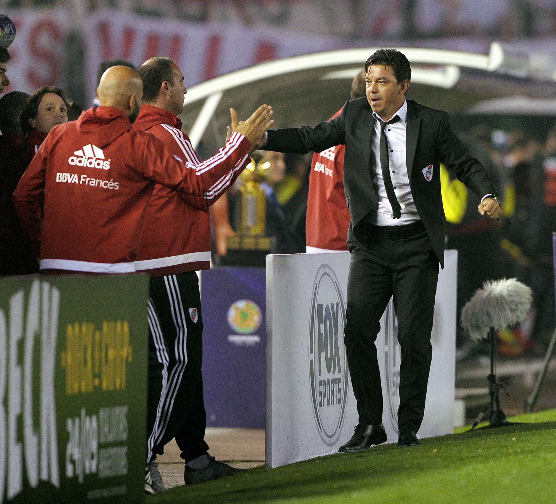 El Muñeco junto a todo su cuerpo técnico celebran el primer tanto frente a Independiente Santa Fe (AFP)