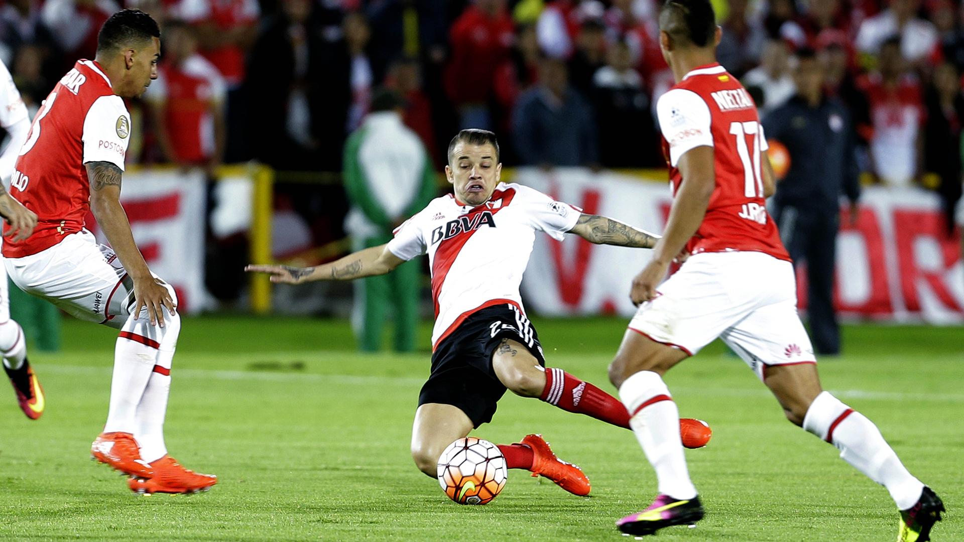 Andrés D'Alessandro, presionado por dos jugadores de Independiente Santa Fe(AP)