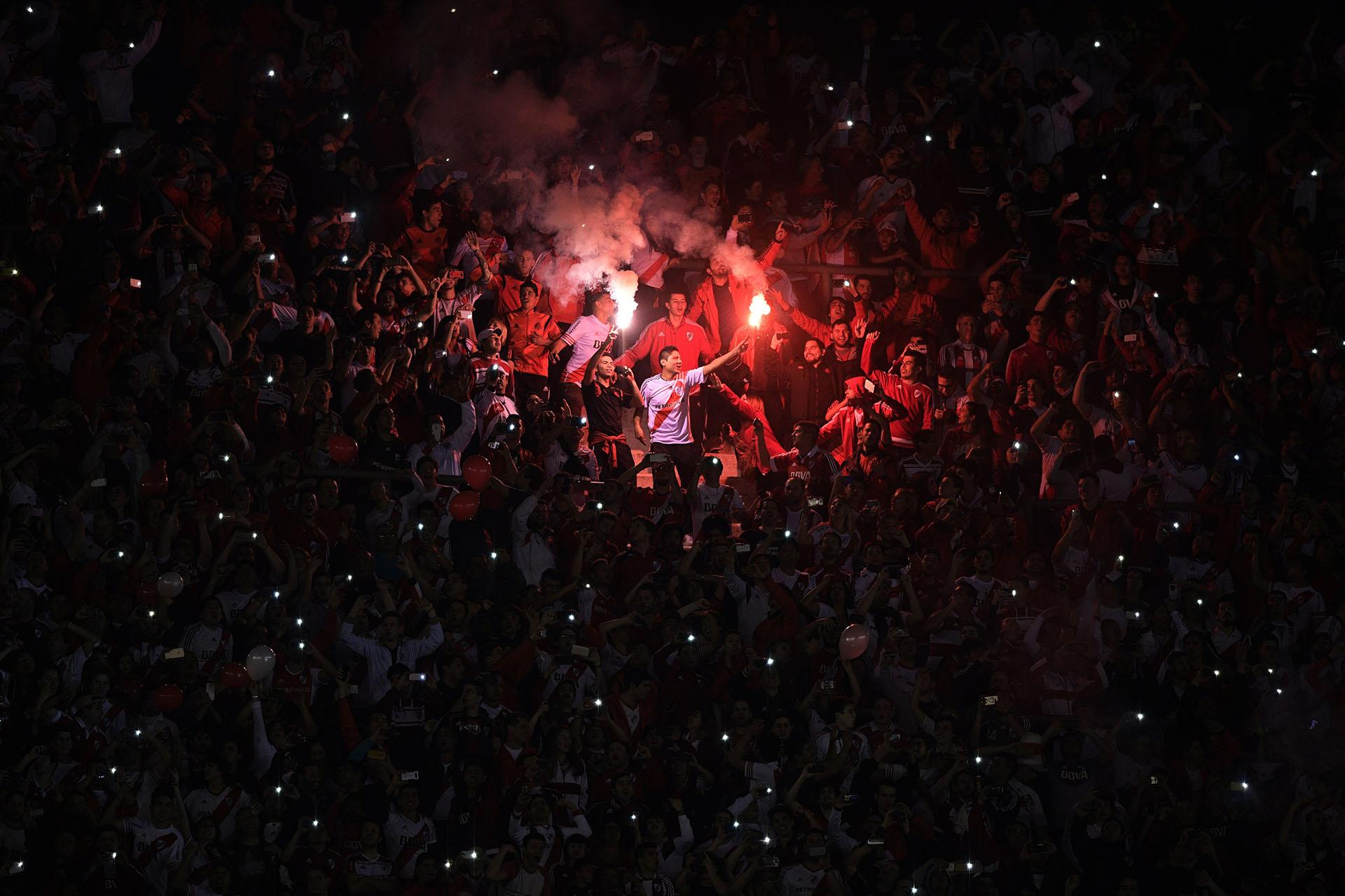 La gente de River vivió su fiesta en las tribunas con un Monumental a pleno (AFP)
