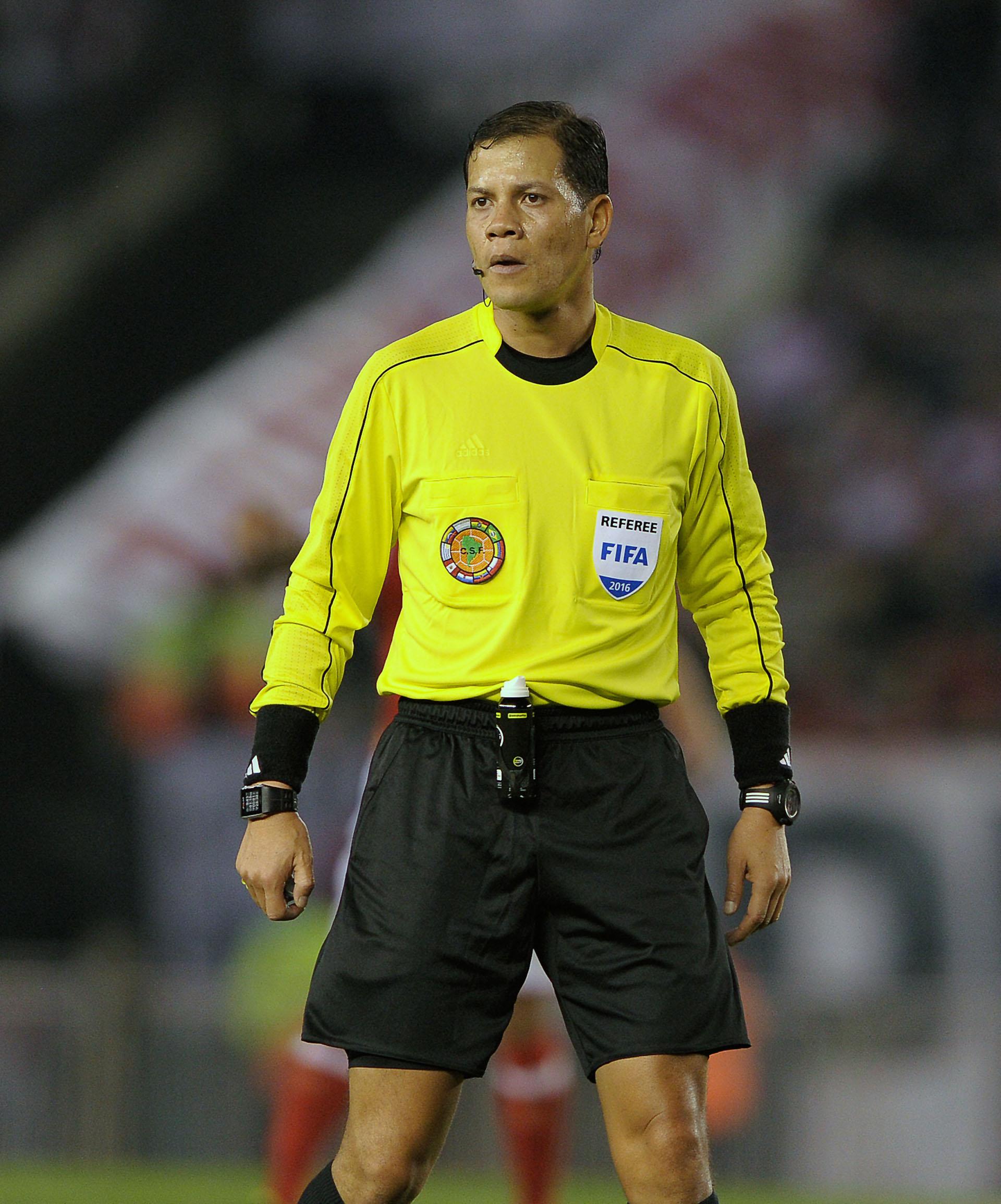 Víctor Carrillo, el árbitro peruano que dirigió el encuentro en el Monumental(AFP)