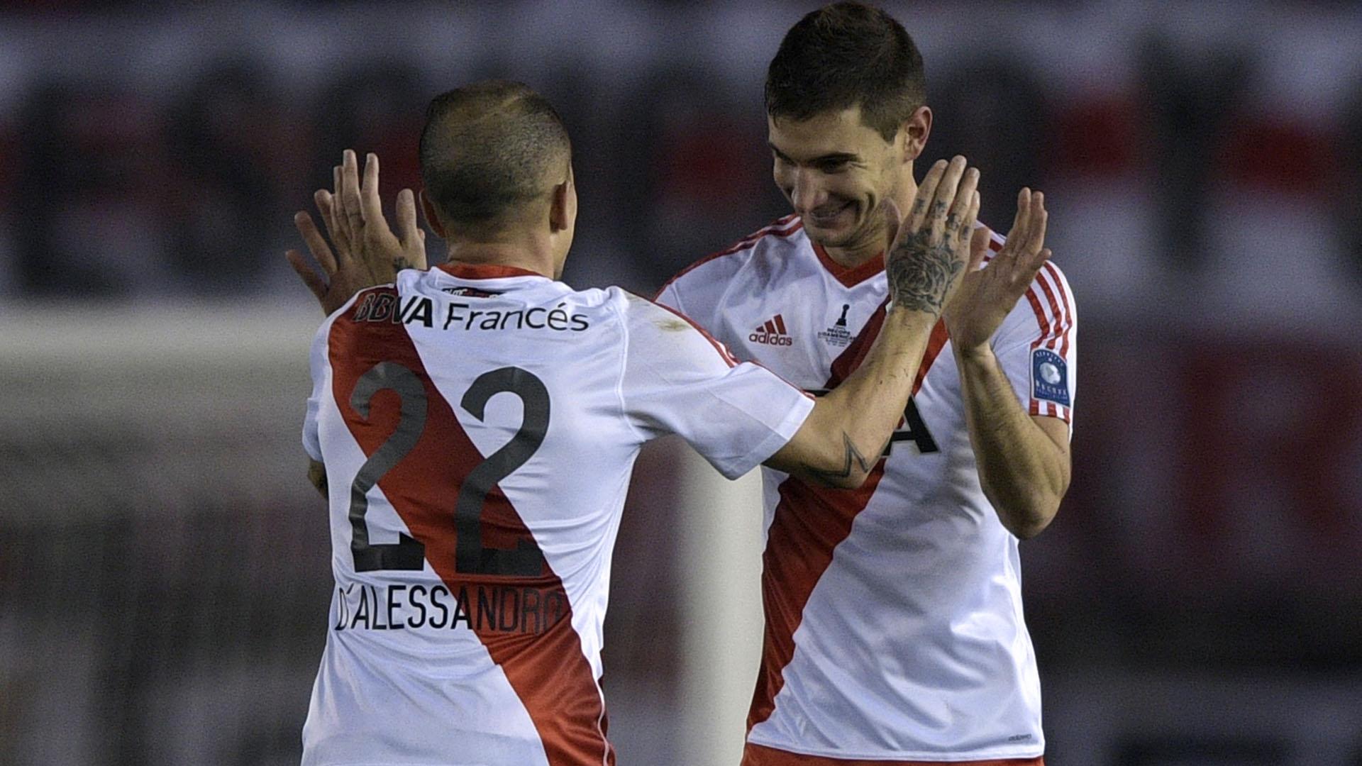 El saludo entre el Cabezón y el Pipa, tras el gol del ex Colón de Santa Fe (AFP)