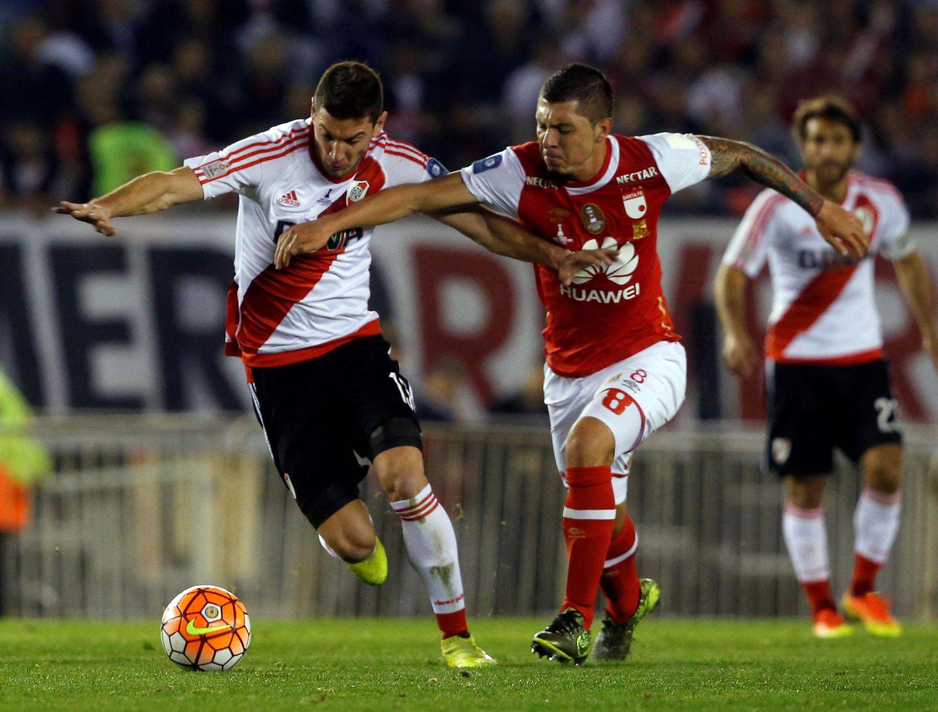 Leonardo Pico quiere recuperar la pelota ante Lucas Alario, detrás observa Leonardo Ponzio(Reuters)