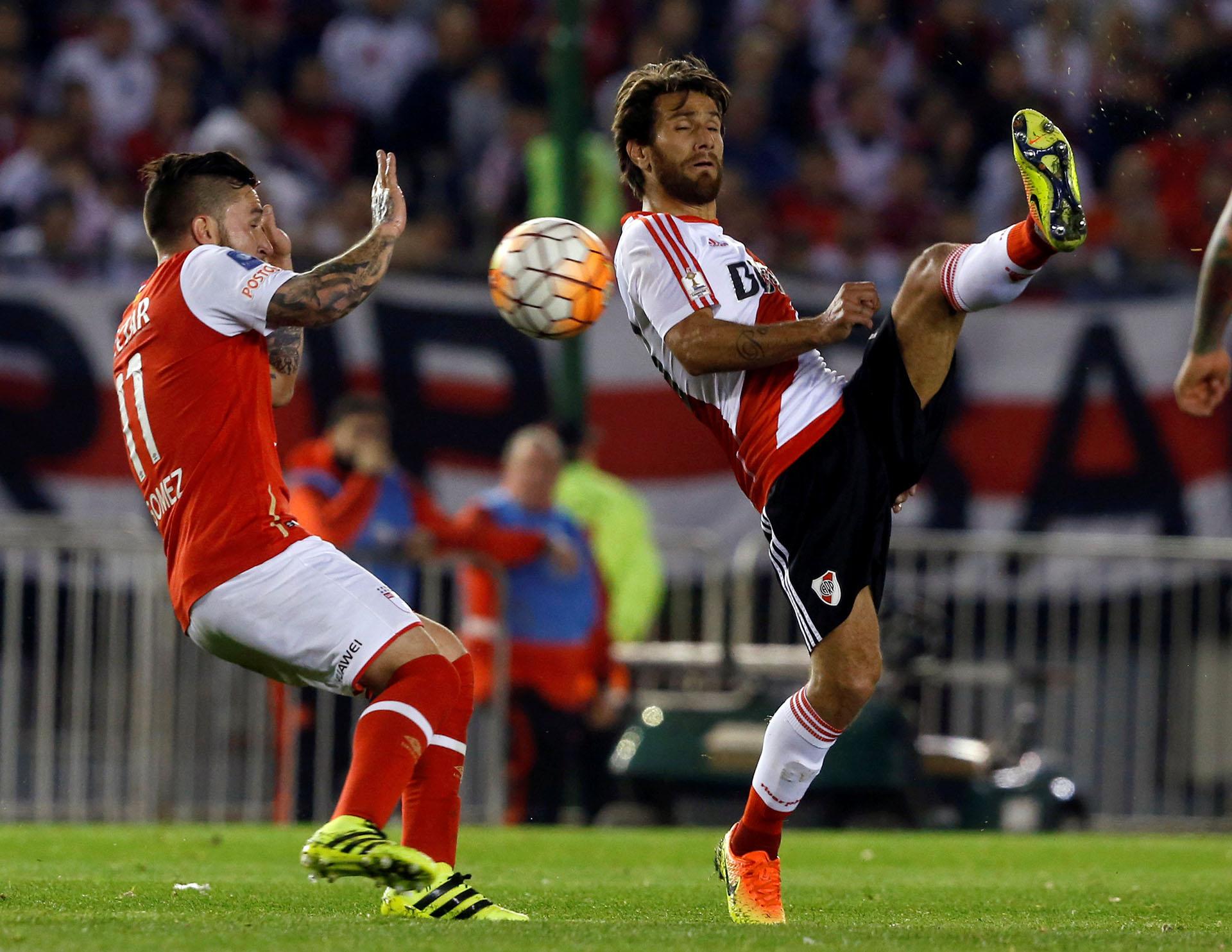 Leonardo Ponzio disputa un balón con Jonathan Gómez (Reuters)