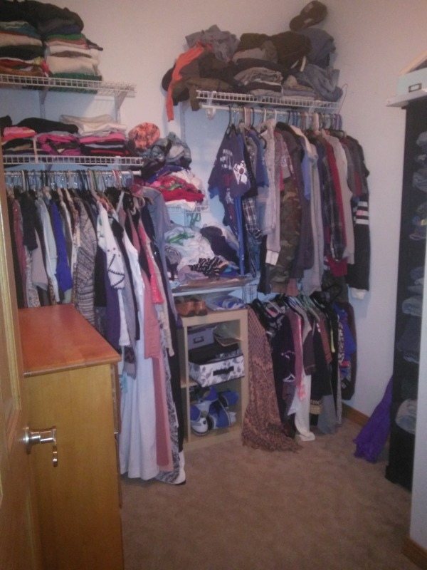 Image Tiny walk-in closet (2)