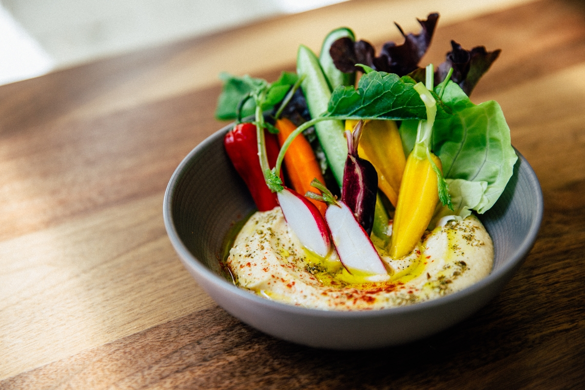 Hummus with vegetables from Ema