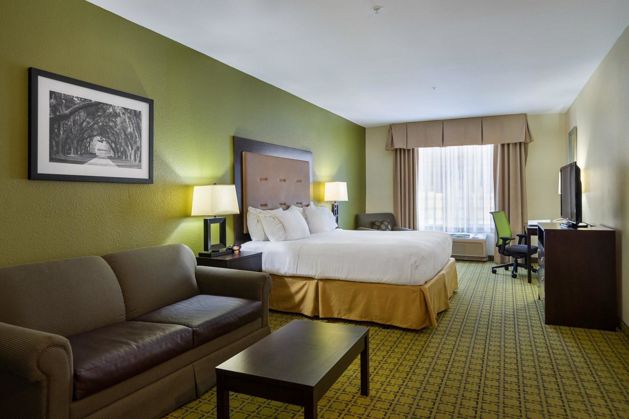 Holiday Inn Express and Suites Savannah - Midtown in Savannah, GA