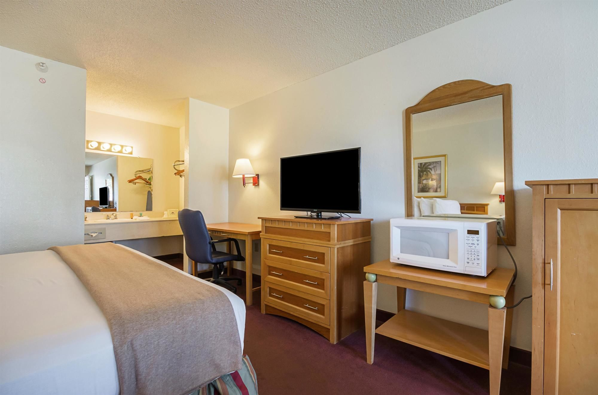 Americas Best Value Inn & Suites Melbourne king bed