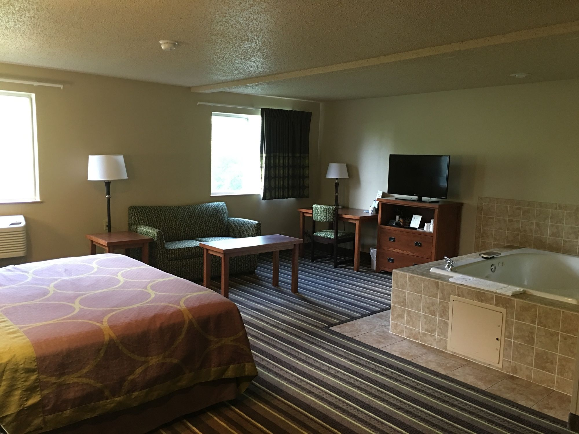 Super 8 Motel - Richlands/Claypool Hill Area