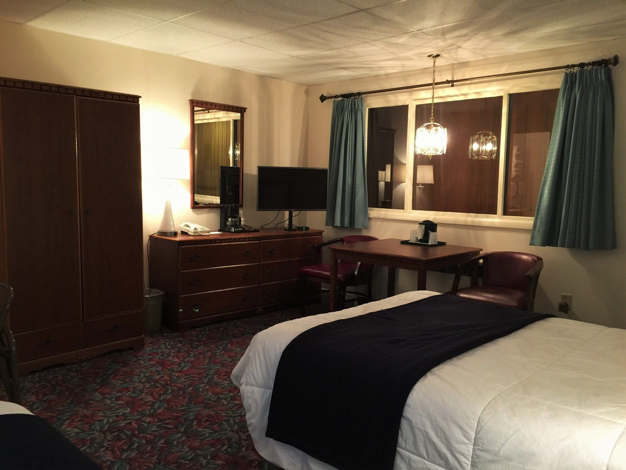 Marquette hotel coupons for marquette michigan for Cedar motor inn in marquette michigan