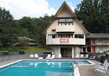 Econo Lodge Inn & Suites On The River in Gatlinburg, TN