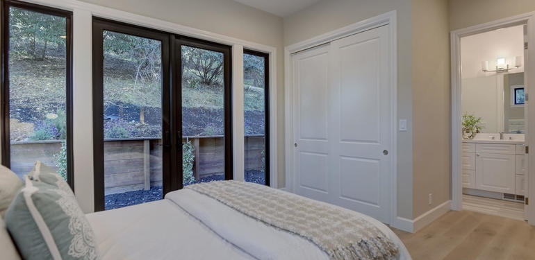 10880_Magdalena_Rd_Los_Altos-large-030-27-Guest_Bedroom_View_to_Bath-1500x999-72dpi.jpg