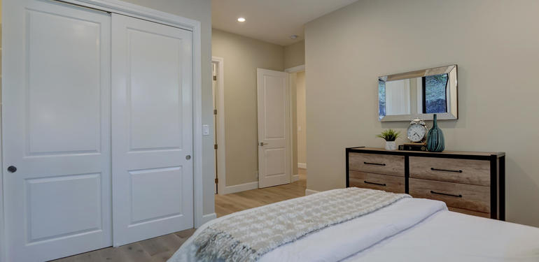 10880_Magdalena_Rd_Los_Altos-large-031-53-Guest_Bedroom_to_hallway-1495x1000-72dpi.jpg