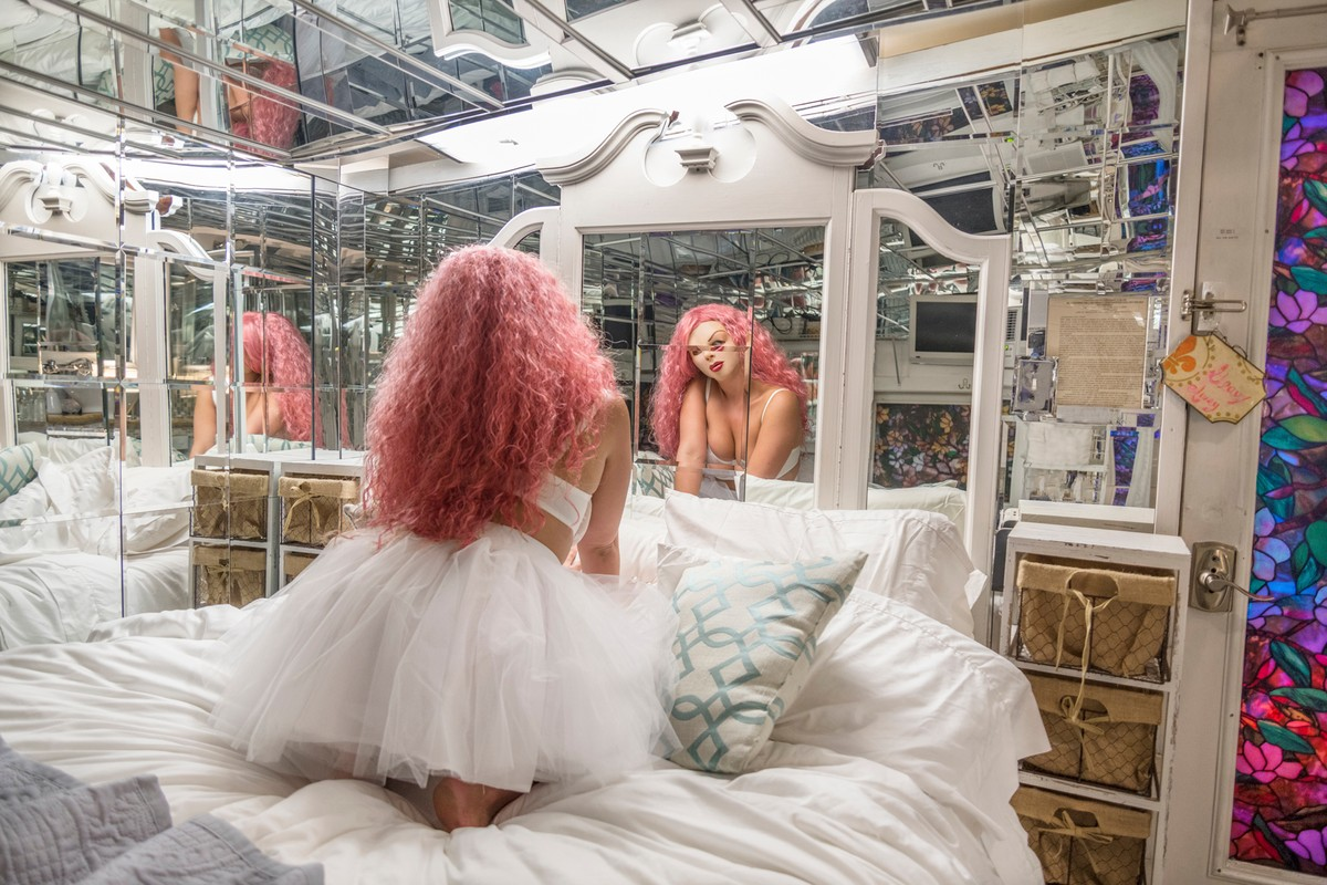 Artwork – Mirror Room, 2019