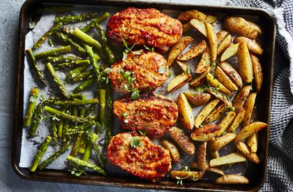 Photo de la recette de Plaque de côtelettes de porc, asperges et pommes de terre