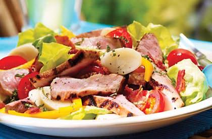 Photo de la recette de Steak de porc en salade fraîche au bacon