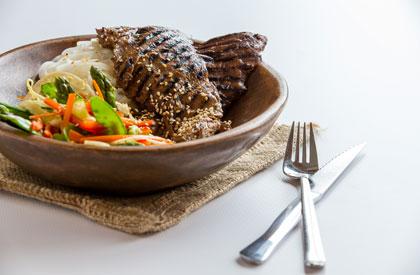 Photo de la recette de Bavette de porc BBQ marinée au miso et salade de légumes croquants
