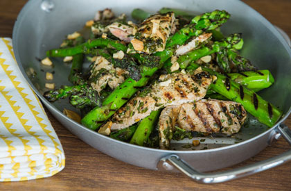 Photo de la recette de Salade d'asperges et escalopes de porc grillées, chimichurri et noix de cajou