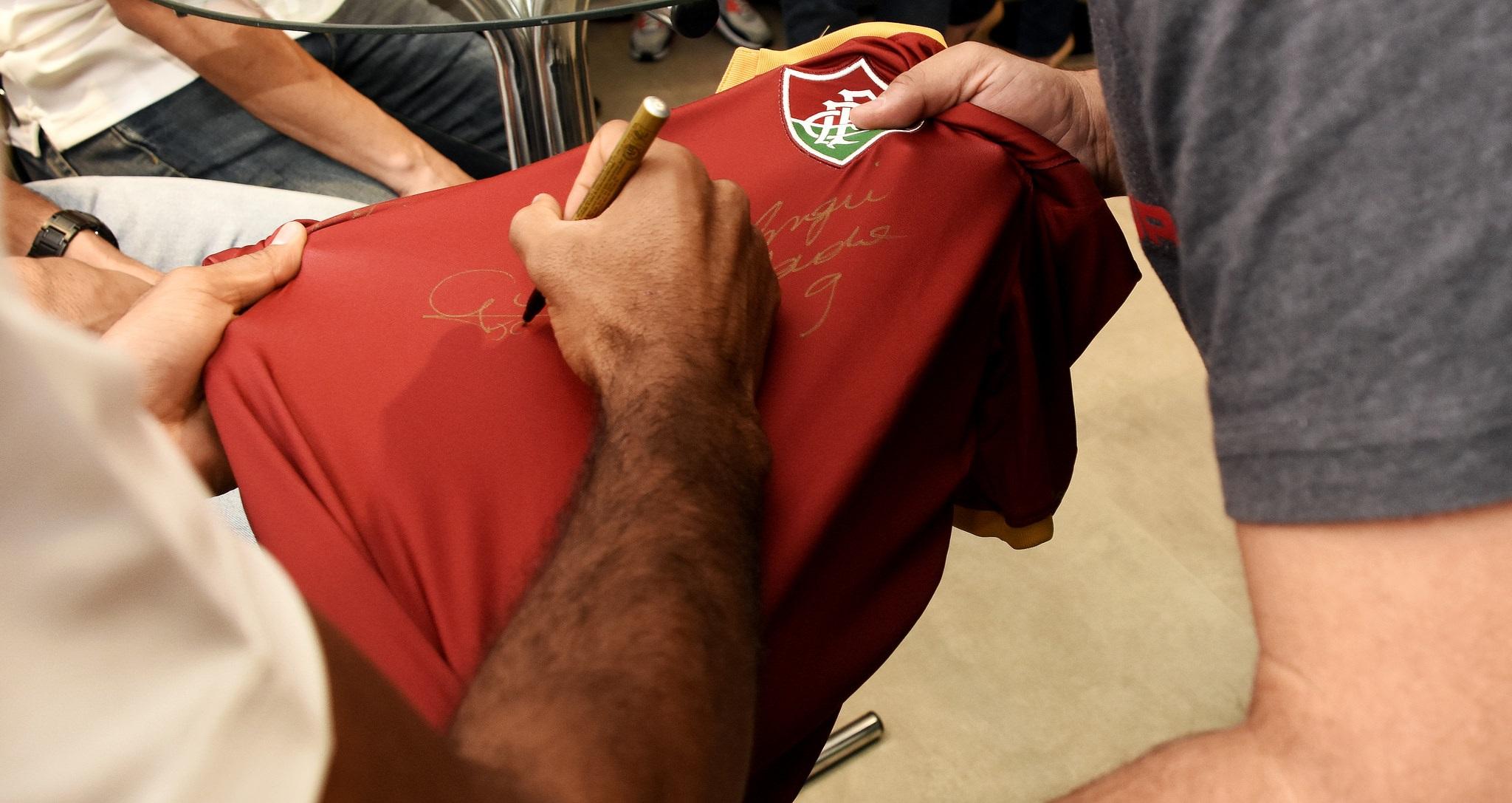 """... esteve na loja da Under Armour nesta sexta-feira para uma tarde de  autógrafos no novo uniforme do Fluminense. Com a campanha """"Sangue do  Encarnado"""" 25e7d61bcad8c"""