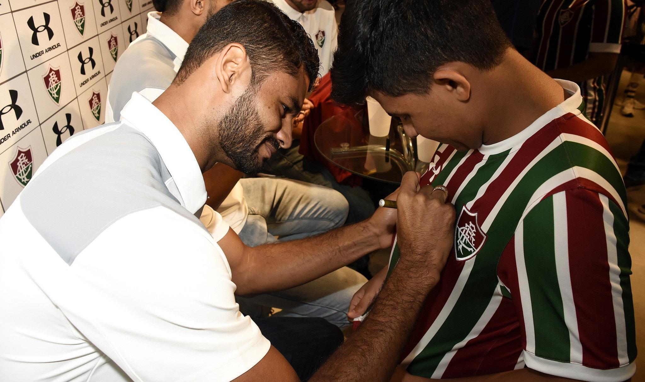 Tricolores curtem tarde de autógrafos com atletas do Flu ... a17b467876449