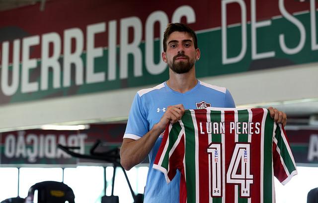 Fluminense assina com zagueiro Luan Peres