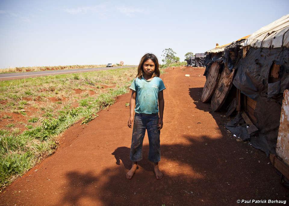 I Guarani del Brasile sono costretti a vivere sul ciglio delle strada. Derubati delle loro terre, centinaia di Guarani si sono tolti la vita. Il più piccolo aveva solo nove anni.
