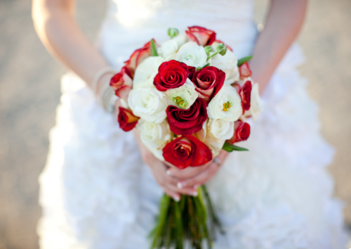 red-white-roses-bouquet